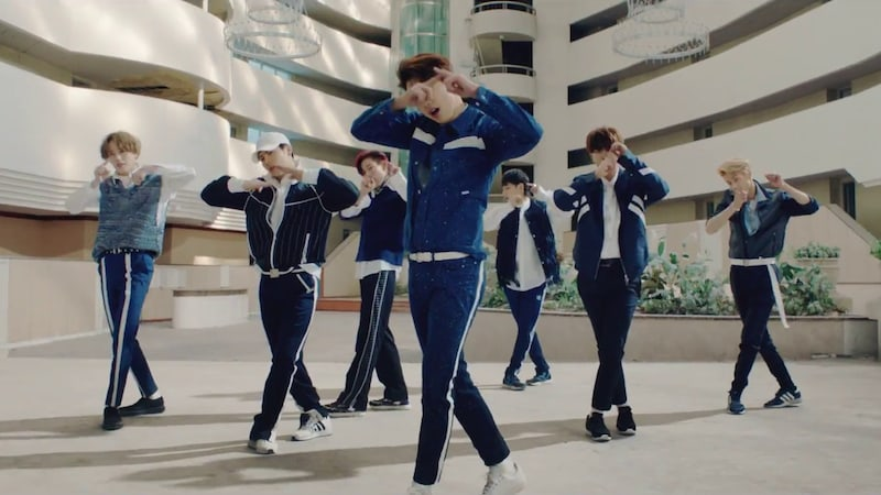 """GOT7 canta """"Look"""" en el MV de su esperado regreso"""