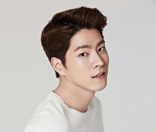 Hong Jong Hyun firma con C-JeS Entertainment