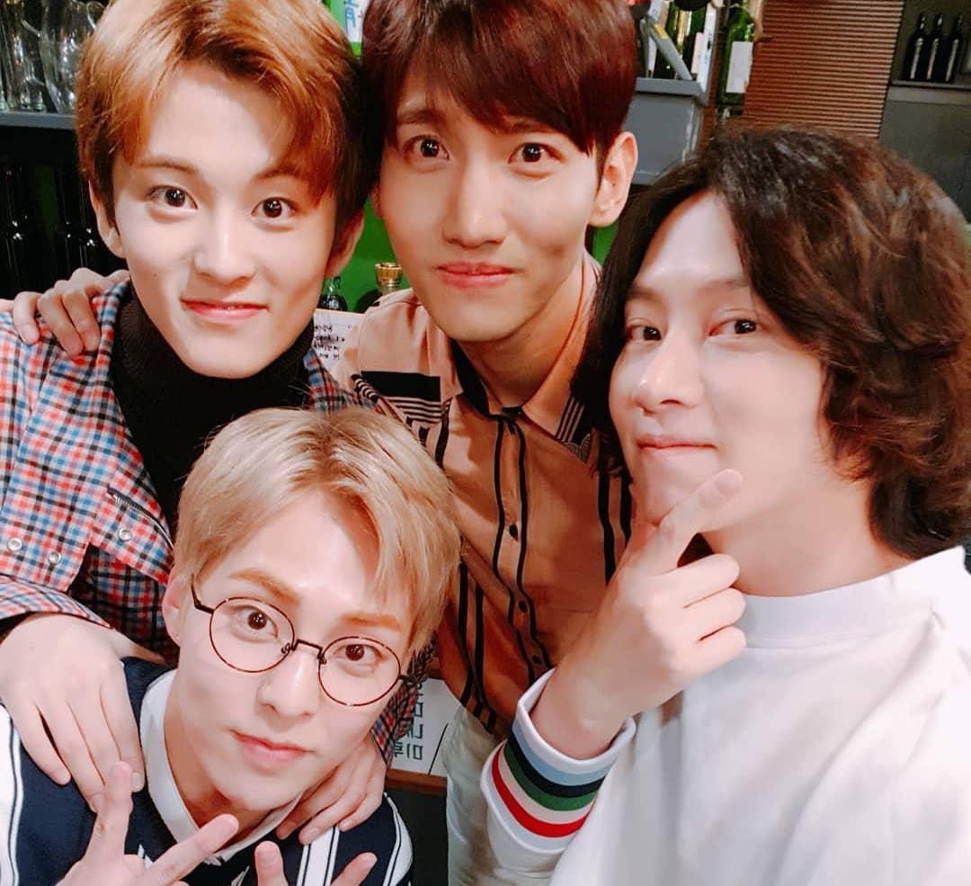 Kim Heechul se toma una foto con Mark, Changmin y Xiumin antes de su aparición en un programa de variedades