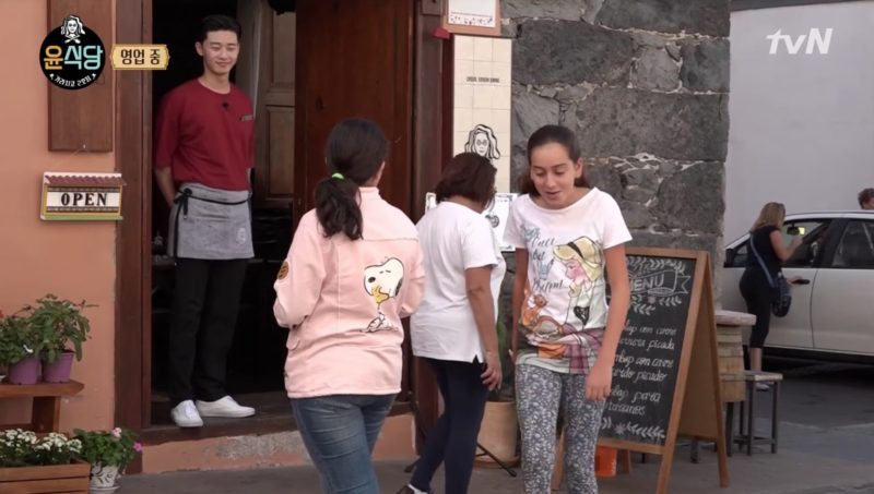 "Park Seo Joon llama la atención de adorables seguidoras en España durante ""Youn's Kitchen 2"""