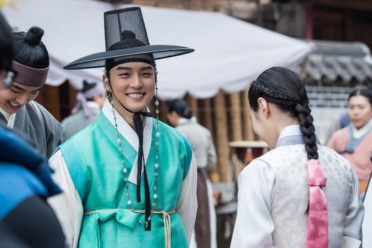 "El elenco de ""Grand Prince"" no para de sonreír en fotos detrás de cámaras"