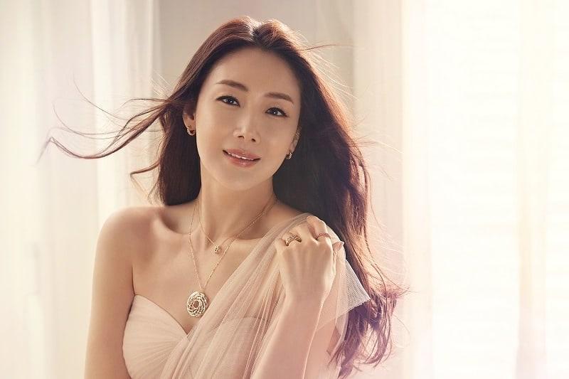 Se revela que la actriz Choi Ji Woo se casó el día de hoy
