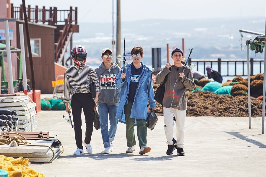 "Kang Daniel, Lee Yi Kyung, Jang Ki Ha y Loco se relajan en Jeju en ""It's Dangerous Beyond The Blankets"""