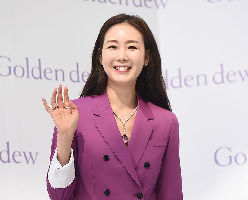 Choi Ji Woo luce radiante en su primer evento luego de su matrimonio