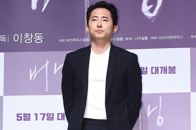 Steven Yeun publica una disculpa por la controversia respecto a la bandera del Sol Naciente