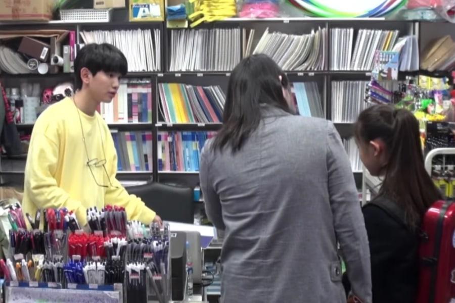 Lee Eui Woong recibe sorpresa por parte de fans mientras trabajaba en la tienda de sus padres
