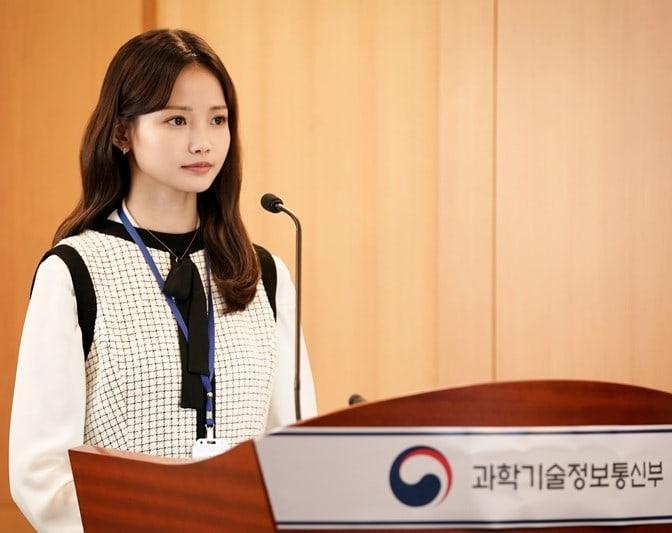 """Ha Yeon Soo actúa de forma profesional mientras da una presentación importante para """"Rich Man, Poor Woman"""""""