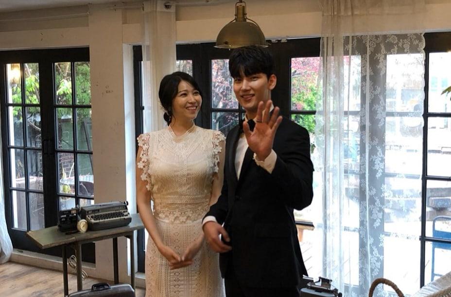 El actor Kim Seung Hyun y la ex-integrante de T-ara, Areum, felicitan a Noh Ji Hoon por su boda