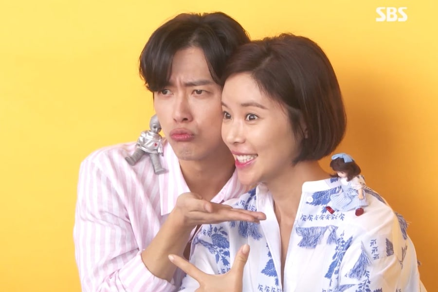 "Namgoong Min y Hwang Jung Eum se divierten posando para los pósters de ""The Undateables"""