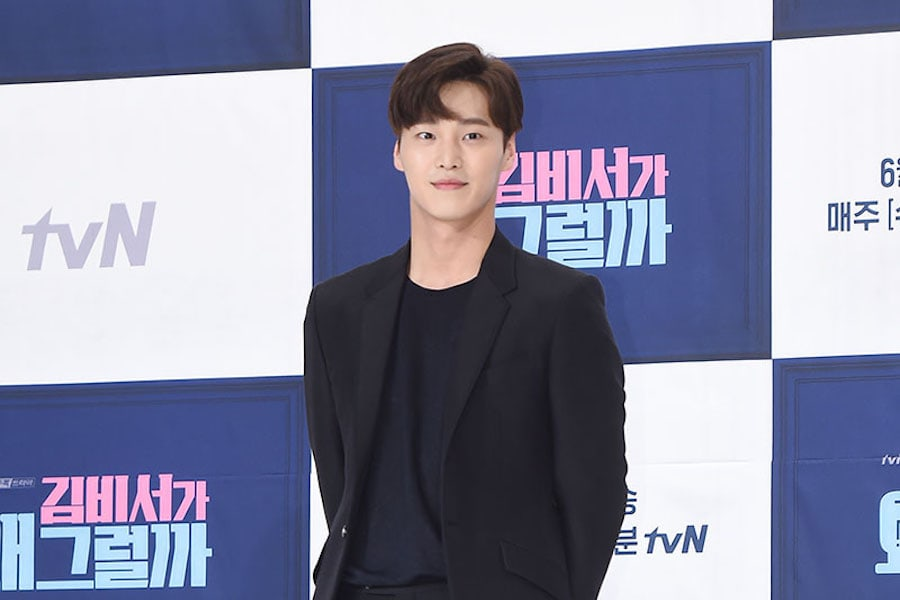 """Lee Tae Hwan habla sobre interpretar a un personaje mayor en """"What's Wrong With Secretary Kim?"""""""