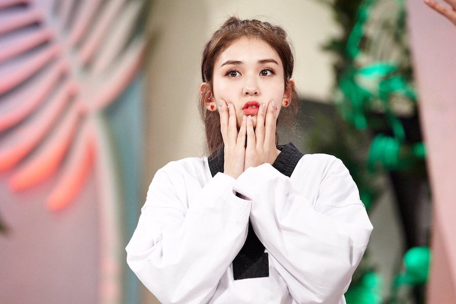 Jeon Somi realiza el examen de nivel 4 de cinturón negro de Taekwondo