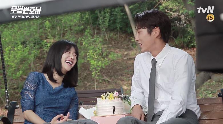 """Lee Joon Gi y Seo Ye Ji no pueden dejar de bromear en el set de """"Lawless Lawyer"""""""