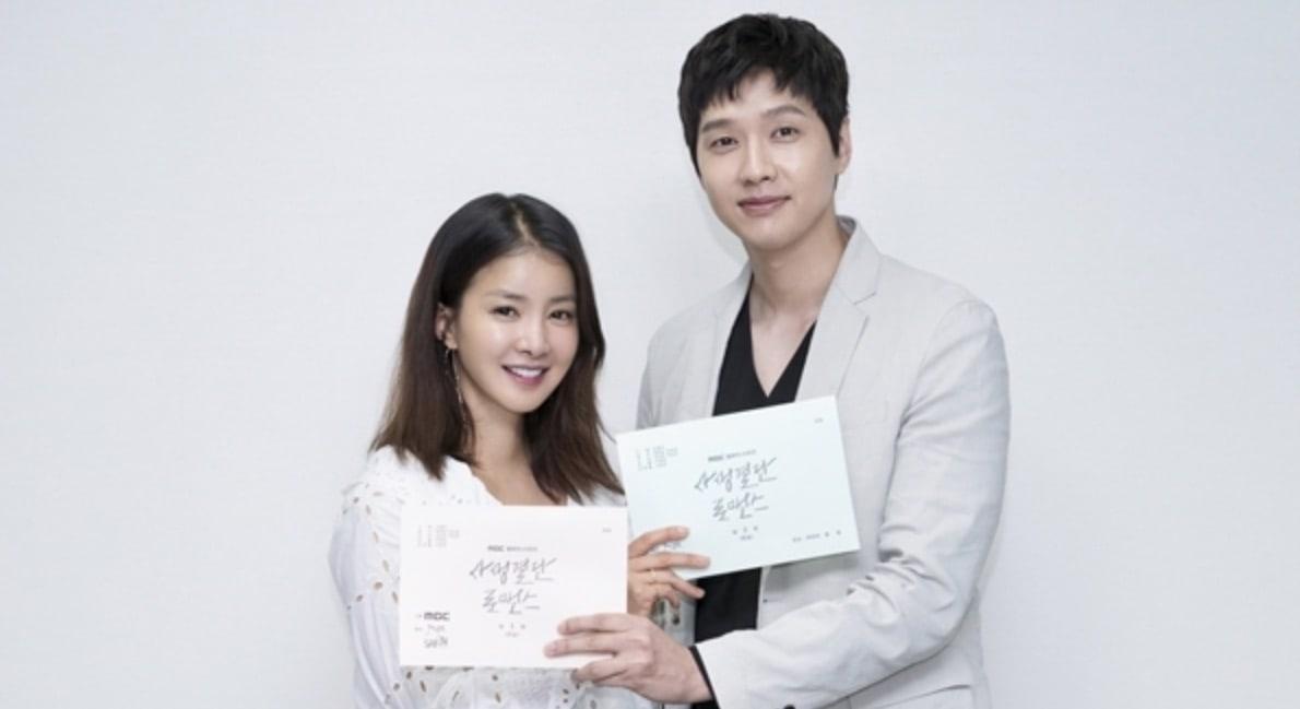 El nuevo drama de Lee Si Young y Ji Hyun Woo desvela elenco completo y publica imágenes de lectura de guión