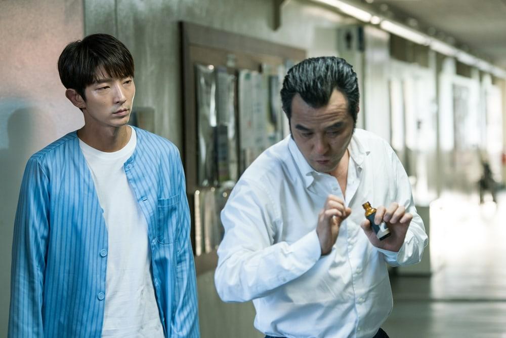 """Lee Joon Gi y Choi Min Soo muestran su trabajo en equipo mientras practican sus escenas de acción para """"Lawless Lawyer"""""""