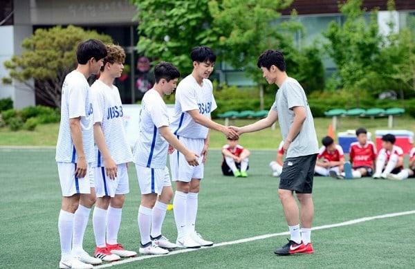 """Los miembros de """"Master In The House"""" y Park Ji Sung graban un hilarante video promocional para la Copa del Mundo"""