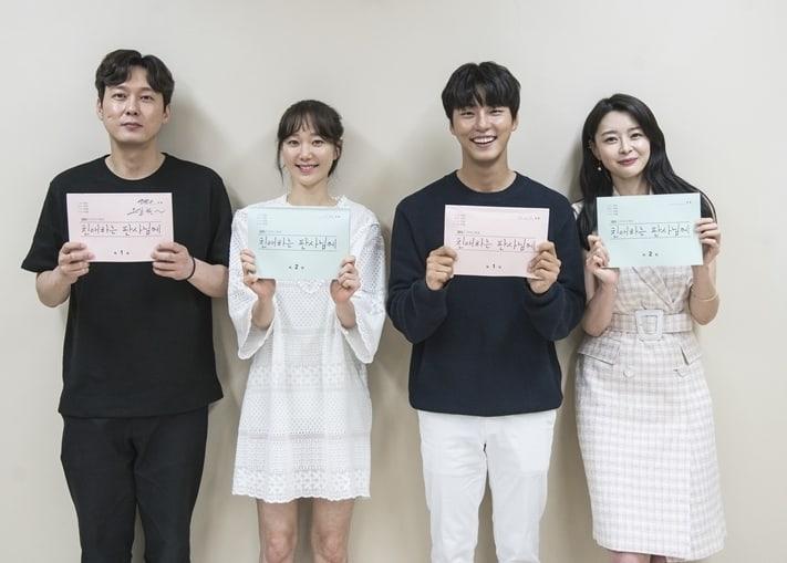 Yoon Shi Yoon, Lee Yoo Young y más asisten a la primera lectura de guion para el próximo drama de SBS