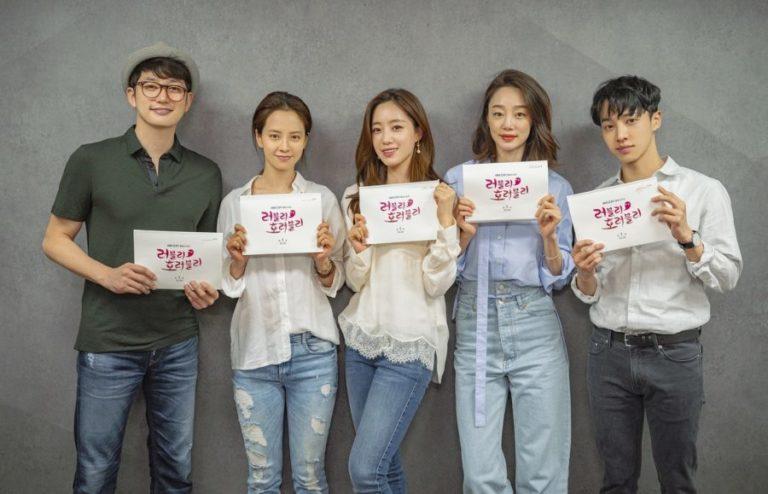 Song Ji Hyo, Park Si Hoo y más se reúnen para la primera lectura de guion de nuevo drama