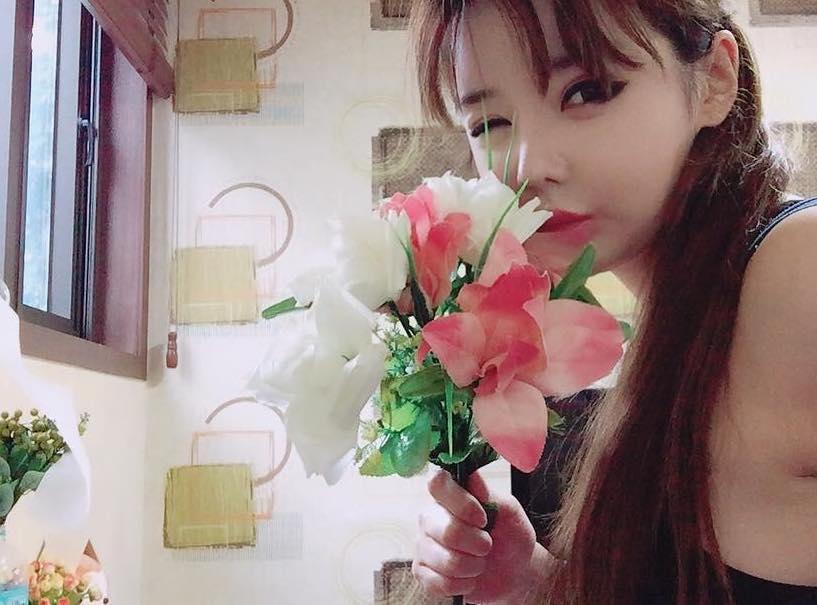 Park Bom muestra su continuo amor por 2NE1