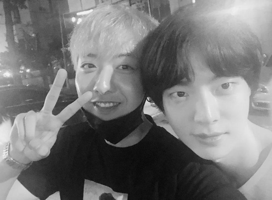 """Lee Jung Shin de CNBLUE le da las gracias a su co-estrella de """"Cinderella And The Four Knights"""", Ahn Jae Hyun, por los regalos"""