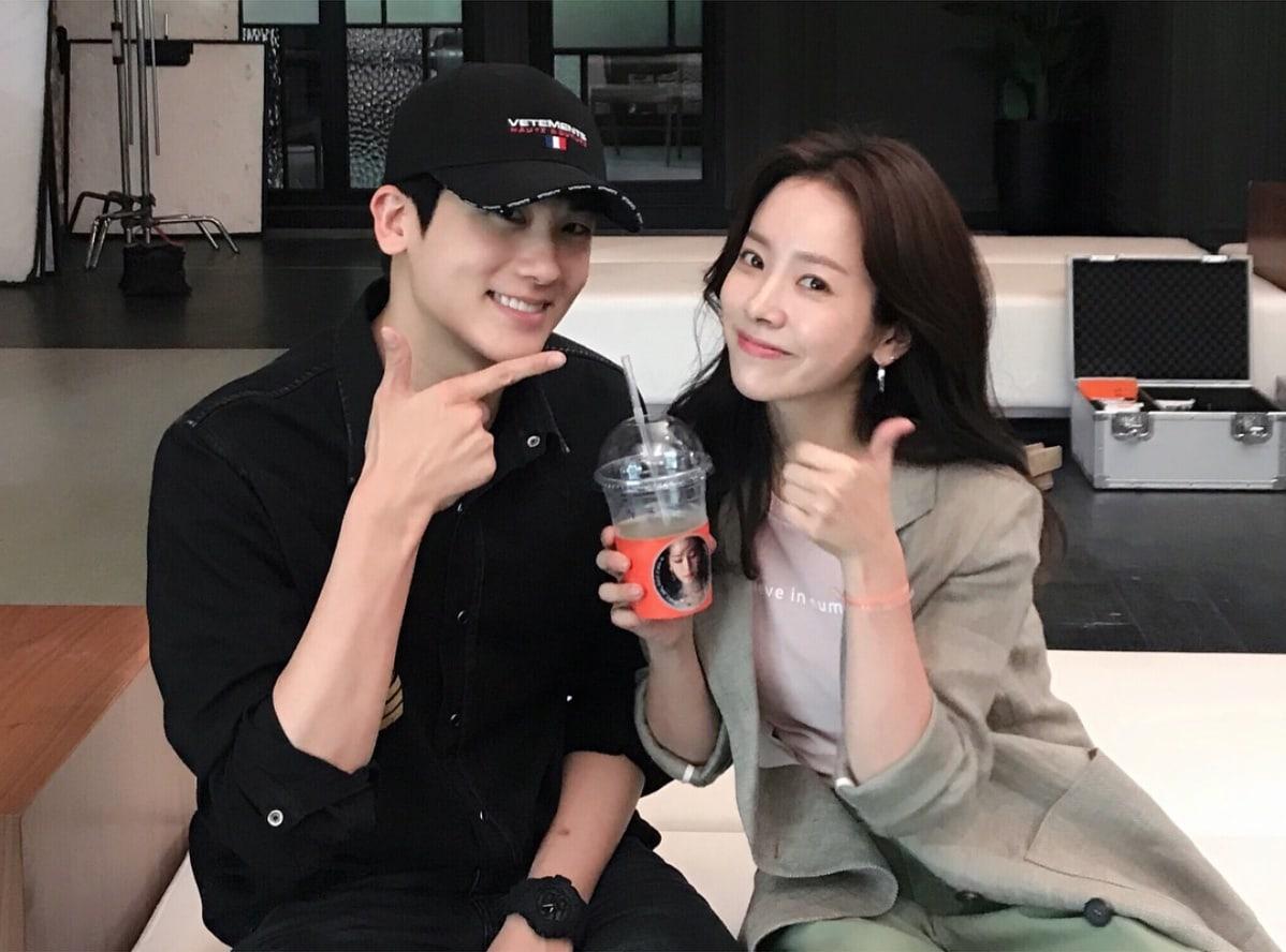 """Park Hyung Sik sorprende a Han Ji Min en el set de """"Familiar Wife"""""""