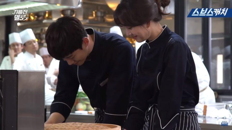 """Junho de 2PM y Jung Ryeo Won trabajan duro como verdaderos chefs en un detrás de cámaras de """"Wok Of Love"""""""