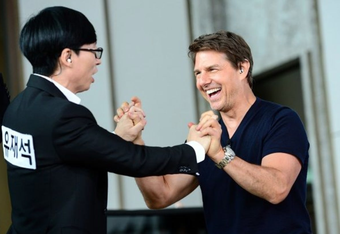 "Tom Cruise saluda amigablemente al elenco de ""Running Man"" en las primeras fotos para el episodio ""Mission: Impossible"""