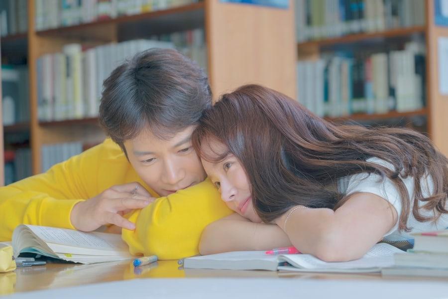 """Ji Sung y Han Ji Min tiene una amorosa cita en la biblioteca en imágenes para """"Familiar Wife"""""""