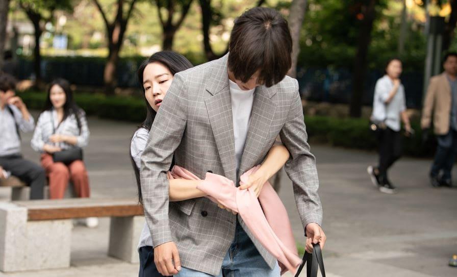 """Yang Se Jong parece disgustado por el abrazo por la espalda de Shin Hye Sun en el próximo drama """"30 but 17"""""""