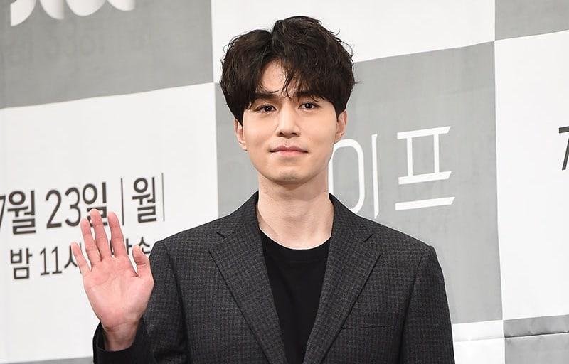 """Lee Dong Wook dice que le gusta actuar en dramas románticos y explica por qué eligió """"Life"""""""