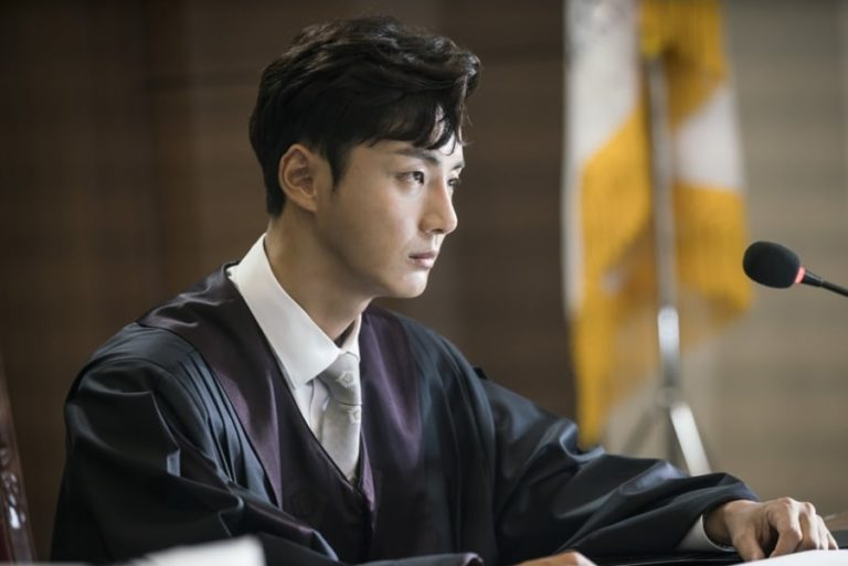 Yoon Shi Yoon se transforma en dos personajes totalmente