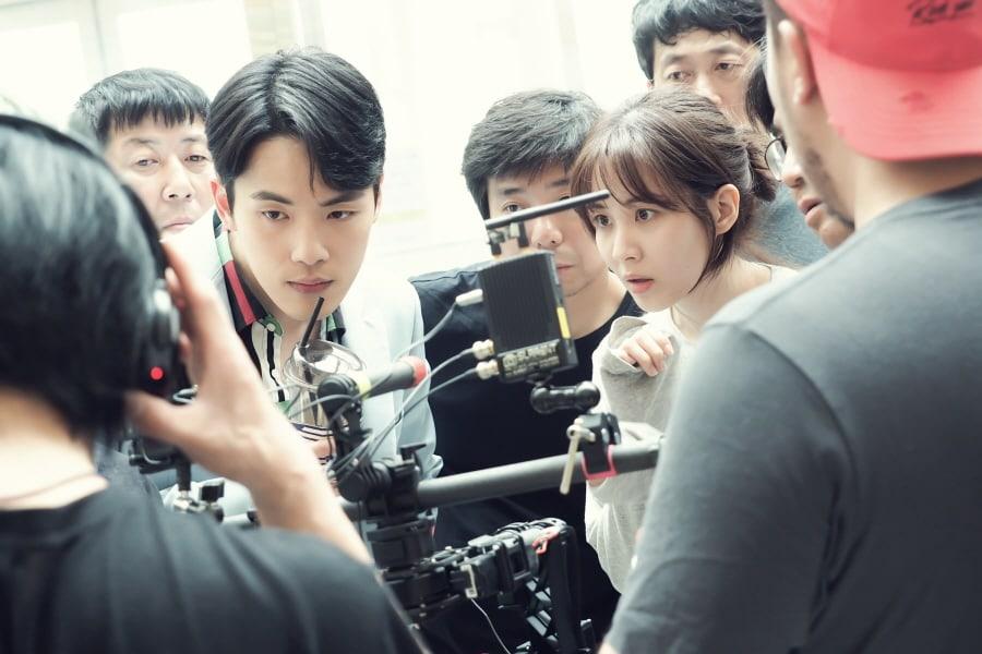"""Kim Jung Hyun, Seohyun y otros integrantes del elenco de """"Time"""", muestran lo mucho que trabajan en detrás de cámaras"""