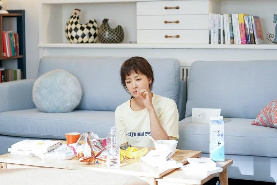 """Lee Si Young es hogareña en nuevas imágenes reveladas para """"Risky Romance"""""""