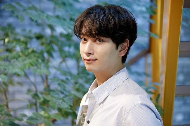 """Chansung habla sobre grabar """"What's Wrong With Secretary Kim"""" + rumores de noviazgo entre Park Seo Joon y Park Min Young"""