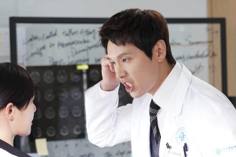 """Ji Hyun Woo se transforma en un neurocirujano fuera de control en """"Risky Romance"""""""