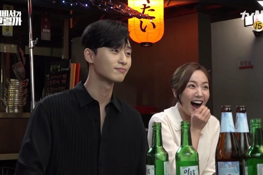 """Park Seo Joon y Park Min Young no pueden dejar de sonreír en un video del detrás de cámaras de """"What's Wrong With Secretary Kim"""""""