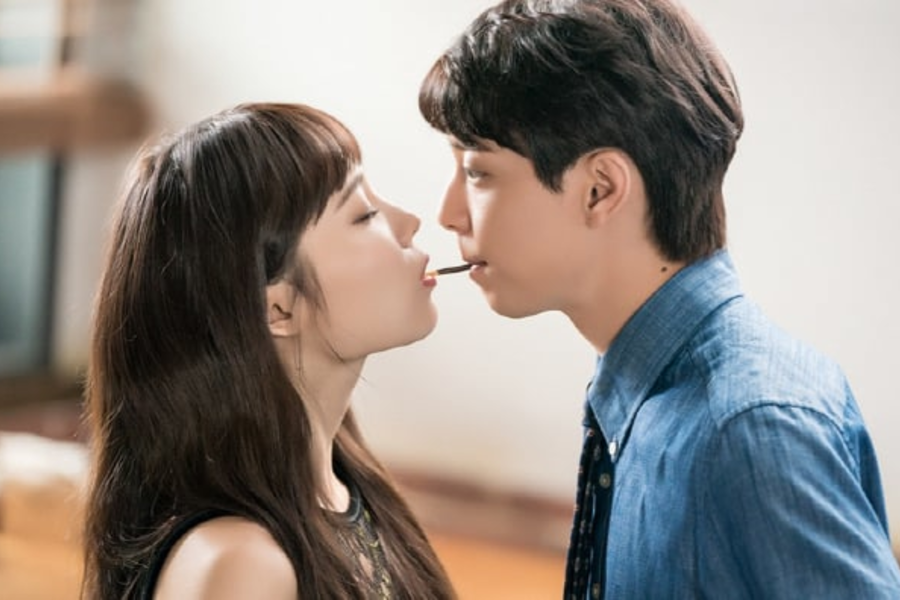 "Yoon So Hee y Hyun Woo juegan al juego pepero en ""Witch's Love"""