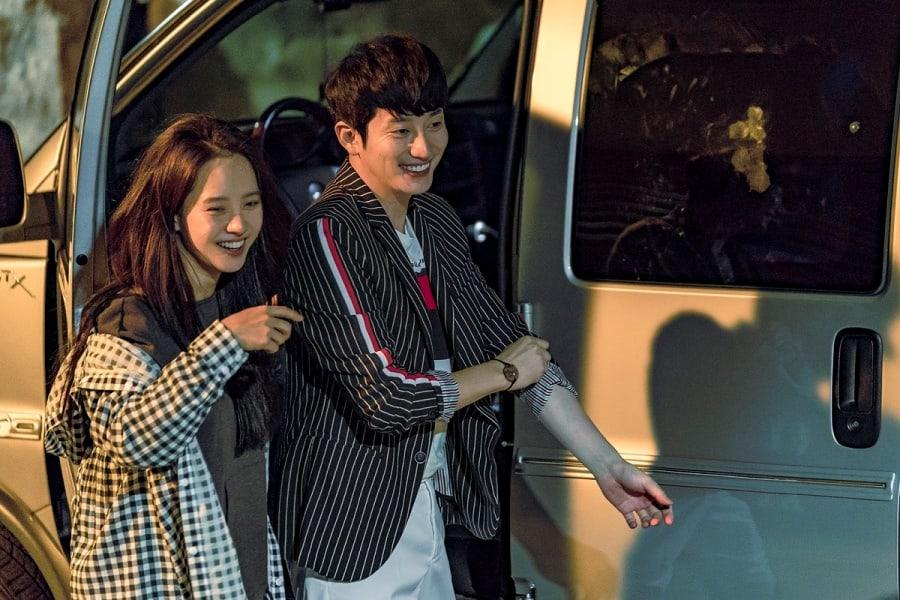 """Song Ji Hyo y Park Shi Hoo no pueden parar de divertirse detrás de cámaras en """"Lovely Horribly"""""""