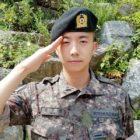 2PM felicita a Wooyoung por completar el entrenamiento militar básico como comandante de compañía