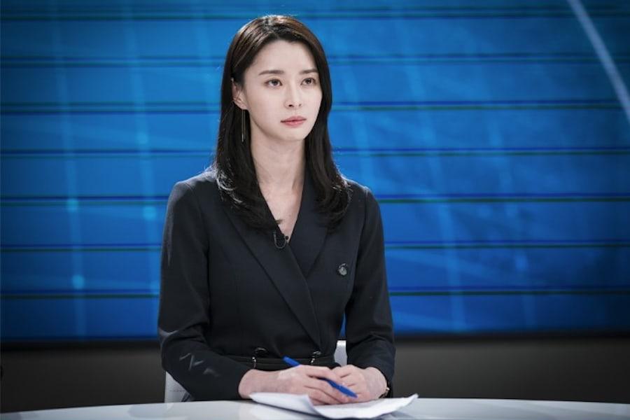 """Nara de Hello Venus demuestra sus habilidades como presentadora de noticias en """"Your Honor"""""""