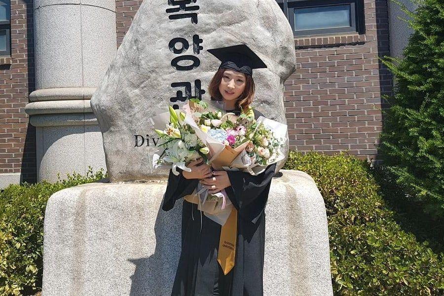 Minzy se gradúa de la Universidad Baekseok