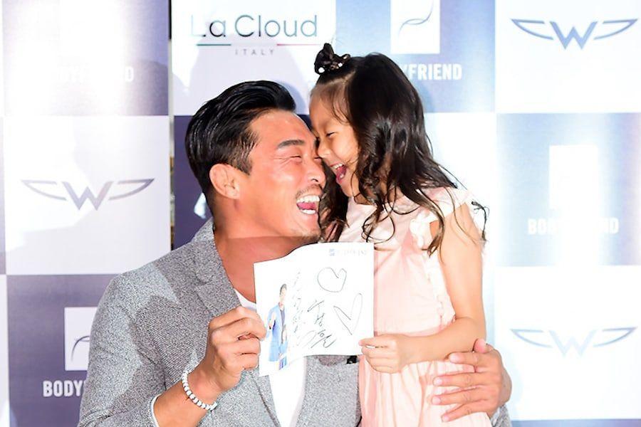 Choo Sarang muestra lo mucho que ha crecido en un evento con su padre