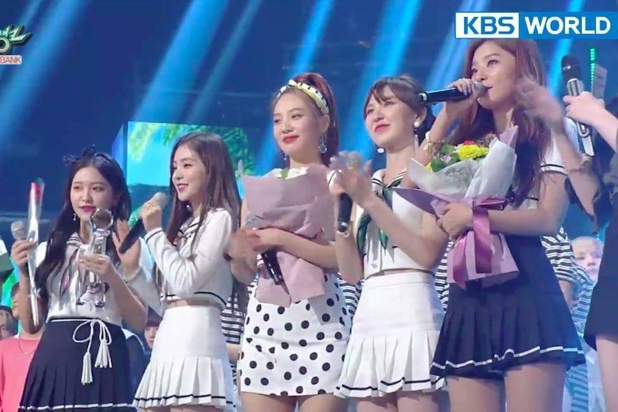 """Red Velvet consigue segunda victoria con """"Power Up"""" en """"Music Bank"""", actuaciones de Super Junior D&E, (G)I-DLE, MXM y más"""