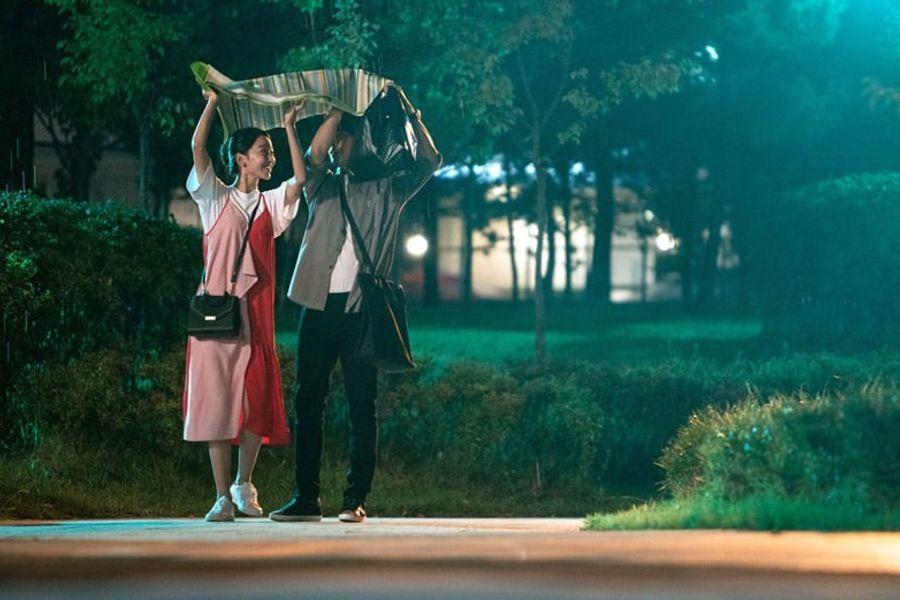"""Shin Hye Sun y Yang Se Jong no dejan que la lluvia termine con su dulce momento en """"30 But 17"""""""