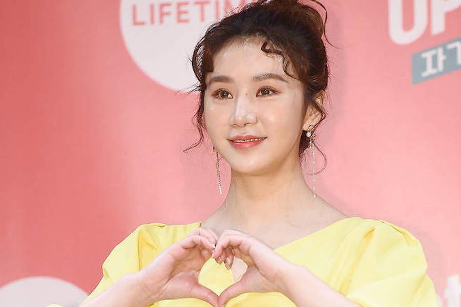 Cao Lu firma un contrato exclusivo con la agencia de Lee Young Ja y Kim Sook