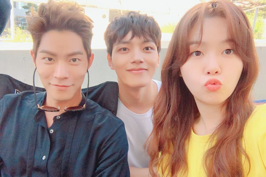 "Hong Jong Hyun, Yeo Jin Goo y Minah de Girl's Day, sonríen en el set de ""Absolute Boyfriend"""