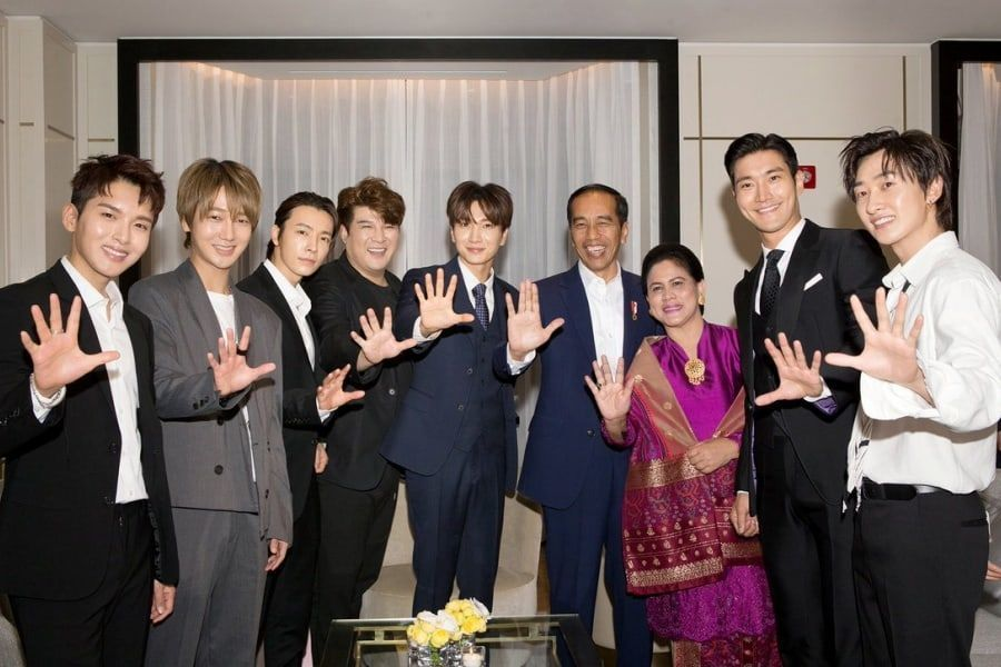 Super Junior intercambia autógrafos con el presidente y primera dama de Indonesia