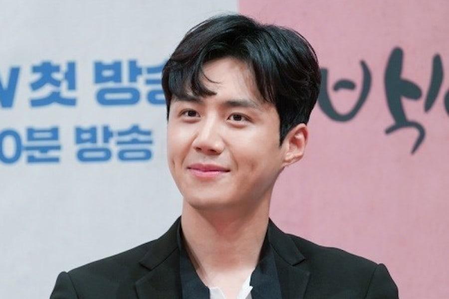 Kim Seon Ho firma un contrato exclusivo con la agencia de Park Shin Hye
