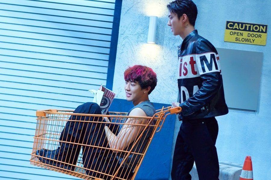 """[Actualizado] Chanyeol y Sehun de EXO es un dúo divertido en teasers para """"We Young"""""""