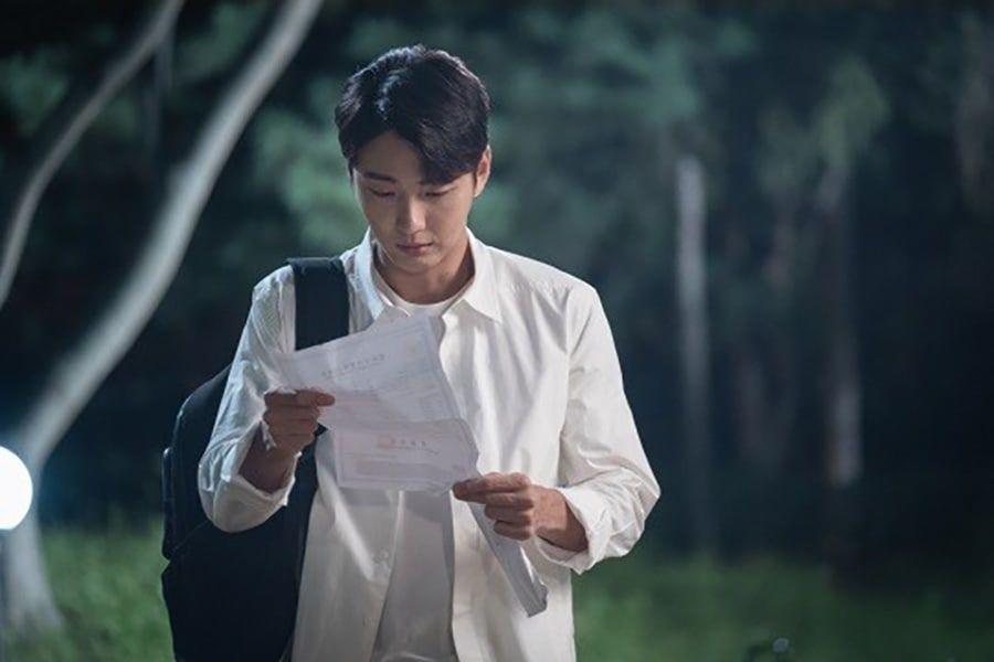 """Yoon Shi Yoon se pone sensible por un misterioso documento en """"Your Honor"""""""