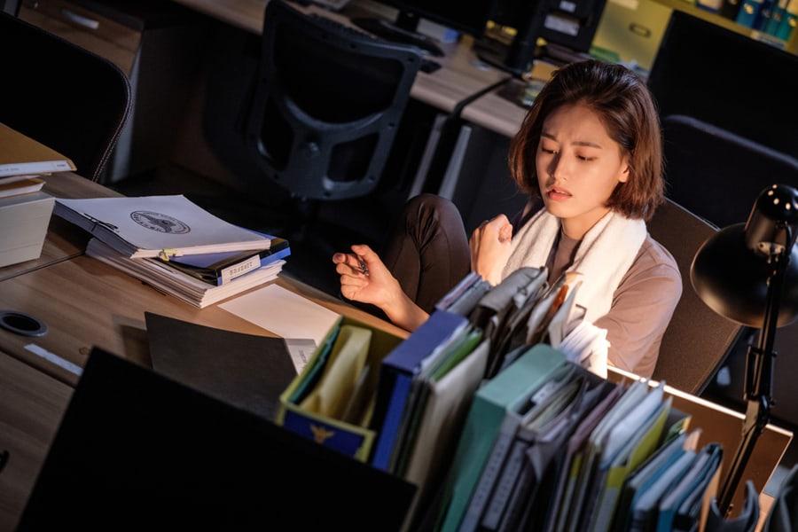 """Kim Jae Kyung demuestra que su pesonaje es duro en los teasers de """"Bad Papa"""""""